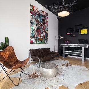Diseño de sala de estar con rincón musical abierta, ecléctica, pequeña, con paredes multicolor, suelo de madera en tonos medios y televisor colgado en la pared