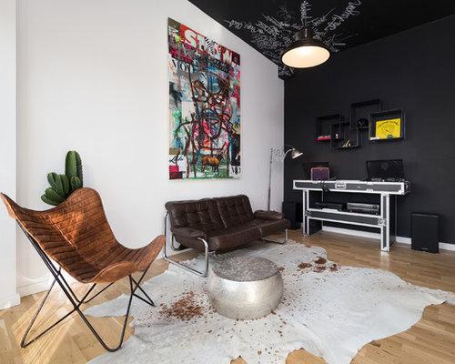 Kleines, Offenes Eklektisches Musikzimmer Mit Bunten Wänden, Braunem  Holzboden Und Wand TV In