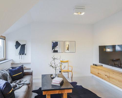 Mittelgroßes Modernes Wohnzimmer Mit Weißer Wandfarbe, Betonboden, Wand TV  Und Grauem Boden In