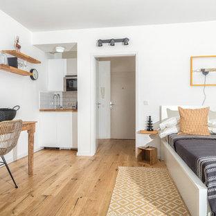 Mittelgroßes, Fernseherloses, Abgetrenntes Modernes Wohnzimmer ohne Kamin mit weißer Wandfarbe, braunem Holzboden und braunem Boden in Düsseldorf