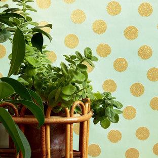 Idee per un soggiorno shabby-chic style con pareti grigie e pavimento in vinile