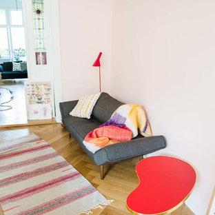 Foto de salón ecléctico, pequeño, con paredes rosas y suelo de madera en tonos medios
