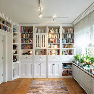 Abgetrennte Klassische Bibliothek mit weißer Wandfarbe, braunem Holzboden und braunem Boden in Dortmund