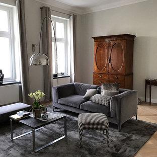 Mittelgroßes, Repräsentatives, Fernseherloses, Abgetrenntes Klassisches Wohnzimmer ohne Kamin mit braunem Holzboden, grauer Wandfarbe und braunem Boden in Düsseldorf