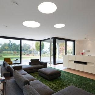 Offenes, Großes Retro Wohnzimmer mit weißer Wandfarbe, hellem Holzboden und braunem Boden in Düsseldorf