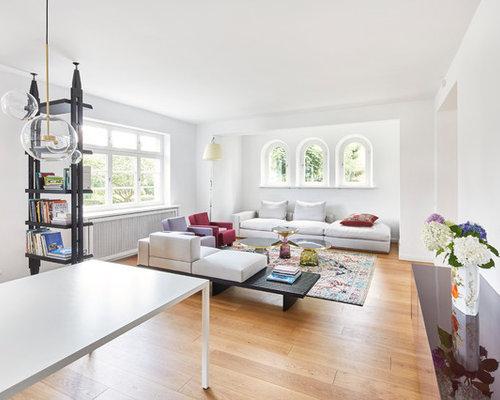 Elegant Mittelgroßes, Fernseherloses, Offenes Modernes Wohnzimmer Ohne Kamin Mit  Weißer Wandfarbe, Hellem Holzboden Und
