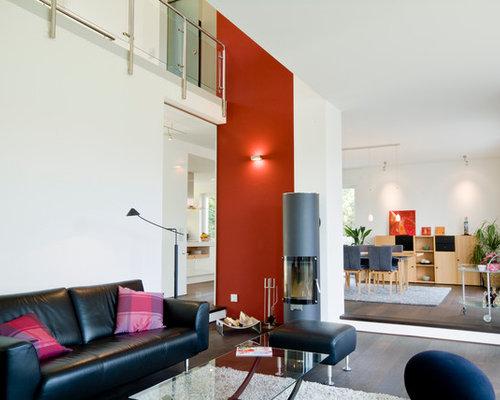 Ideen Fr Reprsentative Offene Grosse Moderne Wohnzimmer Mit Dunklem Holzboden Kaminofen Und Roter