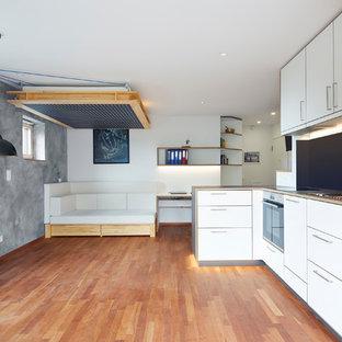 Mittelgroßes, Repräsentatives, Offenes Modernes Wohnzimmer ohne Kamin mit hellem Holzboden, Wand-TV, braunem Boden und grauer Wandfarbe in Sonstige