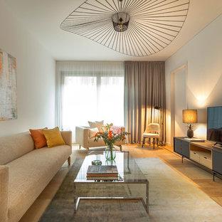 Mittelgroßes, Offenes Modernes Wohnzimmer ohne Kamin mit weißer Wandfarbe, braunem Holzboden, freistehendem TV und braunem Boden in Berlin