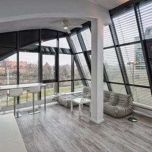 Mittelgroßes, Fernseherloses, Offenes Modernes Wohnzimmer ohne Kamin mit hellem Holzboden und grauem Boden in Nürnberg