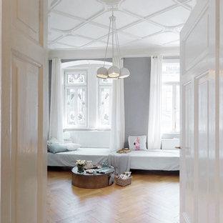 Mittelgroßes, Fernseherloses, Abgetrenntes Modernes Wohnzimmer ohne Kamin mit grauer Wandfarbe, braunem Holzboden und beigem Boden in Nürnberg