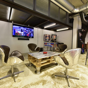 Großer Industrial Hobbyraum ohne Kamin, im Loft-Stil mit weißer Wandfarbe, Marmorboden, Wand-TV und beigem Boden in Sonstige