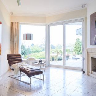 Esempio di un piccolo soggiorno contemporaneo chiuso con pareti bianche, pavimento con piastrelle in ceramica, stufa a legna, cornice del camino in intonaco, nessuna TV e pavimento bianco