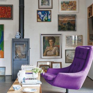 Diseño de sala de estar cerrada, ecléctica, pequeña, con paredes blancas, estufa de leña, marco de chimenea de metal, televisor independiente y suelo beige