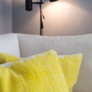 他の地域の中サイズの北欧スタイルのおしゃれなLDK (グレーの壁、淡色無垢フローリング、壁掛け型テレビ) の写真