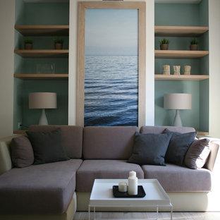 Ejemplo de sala de estar actual, pequeña, con suelo de madera clara y paredes multicolor