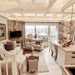 Mittelgroßes, Repräsentatives, Abgetrenntes Rustikales Wohnzimmer mit weißer Wandfarbe, hellem Holzboden, Wand-TV und beigem Boden in Hannover