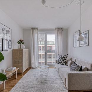 Skandinavisches Wohnzimmer mit weißer Wandfarbe, beigem Boden und hellem Holzboden in Hamburg