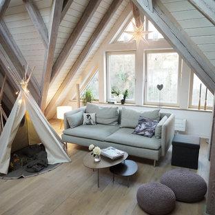 Kleines, Fernseherloses, Abgetrenntes Nordisches Wohnzimmer ohne Kamin mit weißer Wandfarbe, hellem Holzboden und braunem Boden in Sonstige