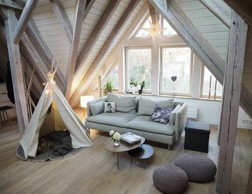 Gemütlicher Wohnbereich eingerichtet mit Holz