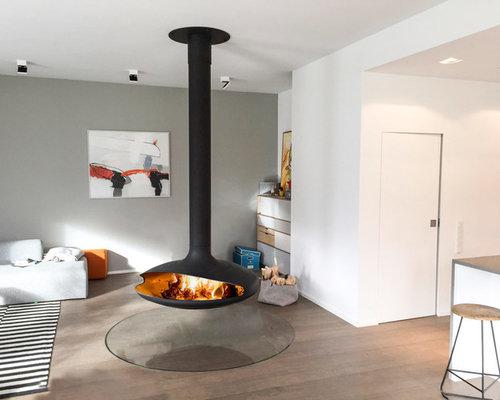 Hervorragend Mittelgroßes Skandinavisches Wohnzimmer Mit Grauer Wandfarbe, Braunem  Holzboden Und Hängekamin In München