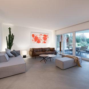Offenes, Großes Modernes Wohnzimmer ohne Kamin mit weißer Wandfarbe, Betonboden und grauem Boden in Köln