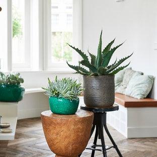 Kleines, Fernseherloses, Abgetrenntes Skandinavisches Wohnzimmer ohne Kamin mit weißer Wandfarbe, braunem Holzboden und beigem Boden in Berlin