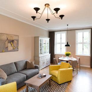 Großes, Fernseherloses, Abgetrenntes Klassisches Wohnzimmer ohne Kamin mit beiger Wandfarbe, braunem Holzboden und braunem Boden in Berlin