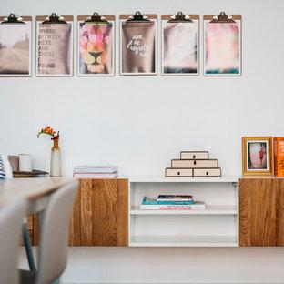 Imagen de salón para visitas abierto, actual, grande, sin televisor, con paredes blancas, suelo de cemento, chimeneas suspendidas y suelo marrón