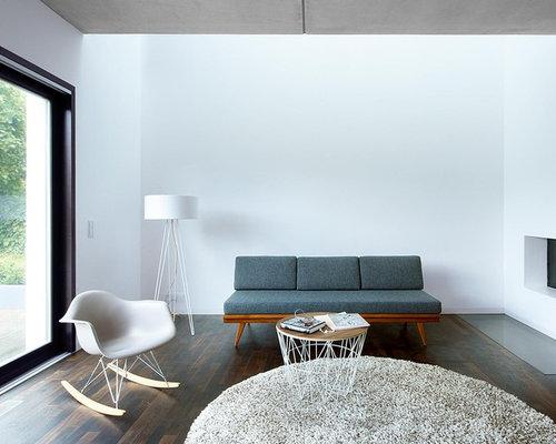 Großes Modernes Wohnzimmer Mit Weißer Wandfarbe Und Dunklem Holzboden In  Berlin