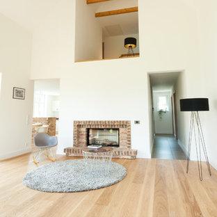 Foto de salón contemporáneo, grande, con paredes blancas y suelo de madera clara