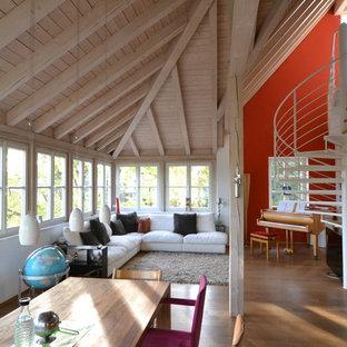 Fernseherloses, Großes, Offenes Modernes Wohnzimmer Ohne Kamin Mit Dunklem  Holzboden Und Bunten Wänden In