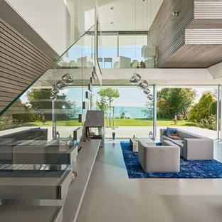 Offenes Modernes Wohnzimmer mit weißer Wandfarbe und grauem Boden in Stuttgart