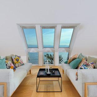 Ejemplo de salón para visitas cerrado, actual, de tamaño medio, sin chimenea y televisor, con paredes blancas y suelo de madera en tonos medios