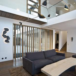 Repräsentatives, Offenes Modernes Wohnzimmer mit weißer Wandfarbe und dunklem Holzboden in München