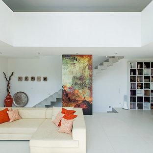 Offenes Modernes Wohnzimmer Mit Weißer Wandfarbe In Sonstige