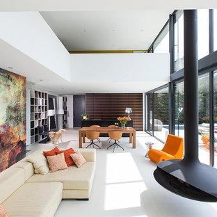 Diseño de salón abierto, contemporáneo, con paredes blancas, chimeneas suspendidas y marco de chimenea de metal
