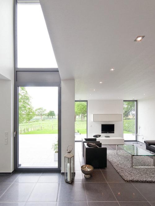 Offene, Große Moderne Wohnzimmer Mit Weißer Wandfarbe Und Wand TV In Köln