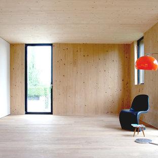 Idee per un soggiorno scandinavo di medie dimensioni e chiuso con libreria, pareti bianche, parquet chiaro e nessun camino