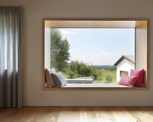 Fernseherloses Modernes Wohnzimmer Ohne Kamin Mit Weisser Wandfarbe Und Hellem Holzboden In Mnchen