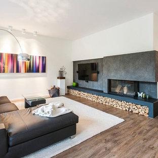 Mittelgroßes, Offenes Modernes Wohnzimmer Mit Weißer Wandfarbe, Braunem  Holzboden, Tunnelkamin, Wand
