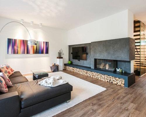 AuBergewohnlich Mittelgroßes, Offenes Modernes Wohnzimmer Mit Weißer Wandfarbe, Braunem  Holzboden, Tunnelkamin, Wand