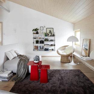 Mittelgroßes, Offenes Modernes Wohnzimmer ohne Kamin mit weißer Wandfarbe und braunem Holzboden in Hamburg