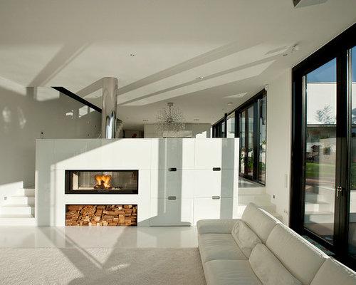 Großes, Offenes Modernes Wohnzimmer Mit Weißer Wandfarbe Und Tunnelkamin In  Sonstige