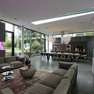 Geräumiges, Repräsentatives Modernes Wohnzimmer im Loft-Stil mit weißer Wandfarbe, Vinylboden, Wand-TV und grauem Boden in Köln