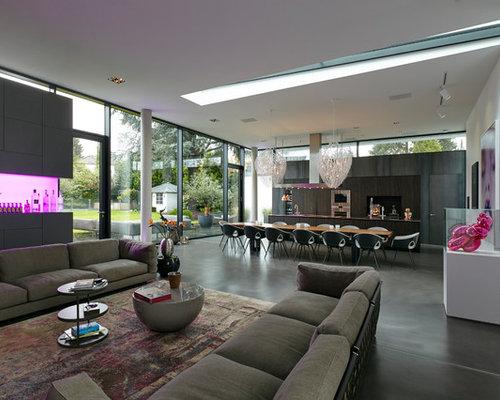 Geräumiges, Repräsentatives Modernes Wohnzimmer Im Loft Style Mit Weißer  Wandfarbe, Vinylboden, Wand