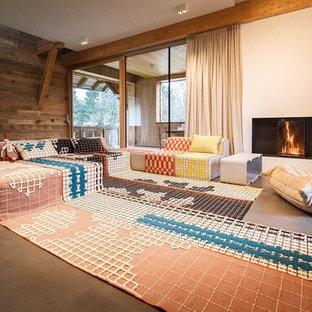 Offenes, Großes Stilmix Wohnzimmer mit weißer Wandfarbe, Keramikboden, Tunnelkamin und verputztem Kaminsims in München