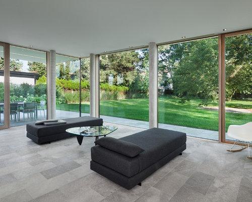 Mittelgroßes, Offenes Modernes Wohnzimmer Mit Weißer Wandfarbe Und  Kalkstein In München