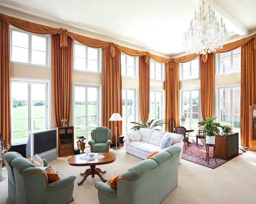 Geräumiges, Abgetrenntes Klassisches Wohnzimmer Mit Beiger Wandfarbe,  Teppichboden Und Freistehendem TV In Berlin