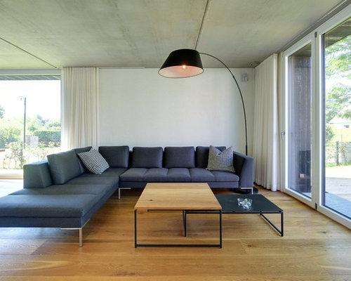 Mittelgrosse Offene Nordische Wohnzimmer Mit Weisser Wandfarbe Und Braunem Holzboden In Sonstige